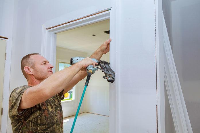 Jak dobrać drzwi wewnętrzne z ościeżnicą? Przewodnik po rodzajach ościeżnic