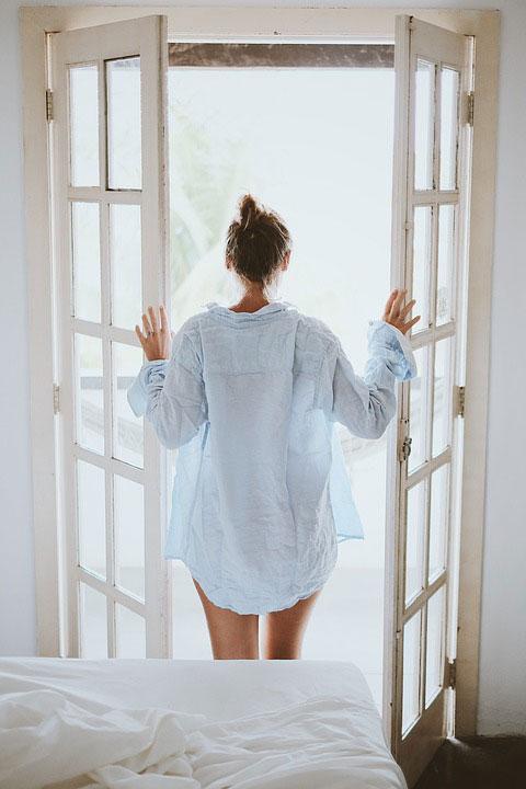 Oprawa okien balkonowych w nowoczesnym salonie